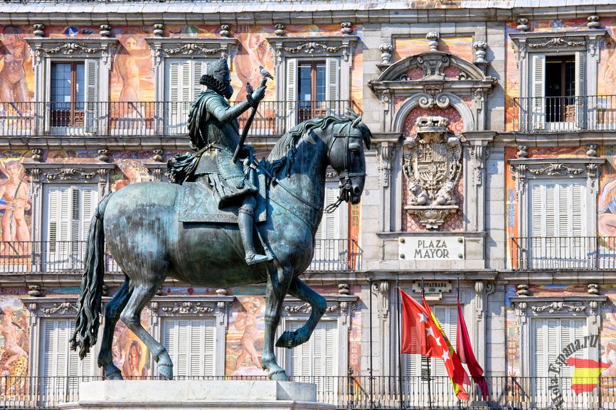 Статуя короля на площади Plaza Mayor в Мадриде