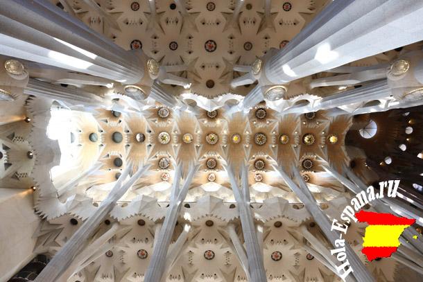 Внутри Храма Саграда Фамилия