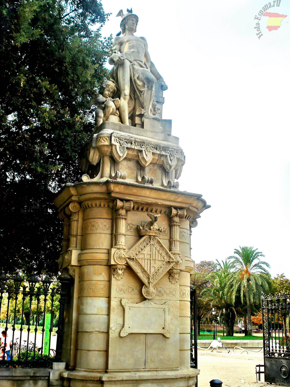 Статуя древнегреческого героя в парке Барселоны