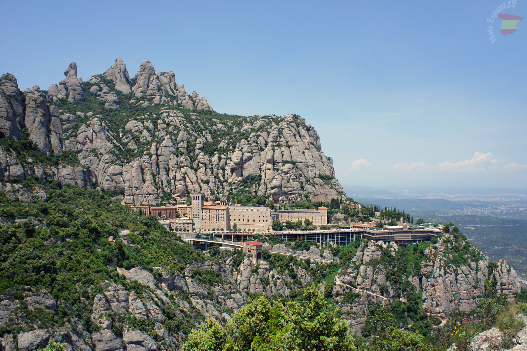 Монастырь Монтсеррат находится недалеко от Барселоне на склоне одноименных гор