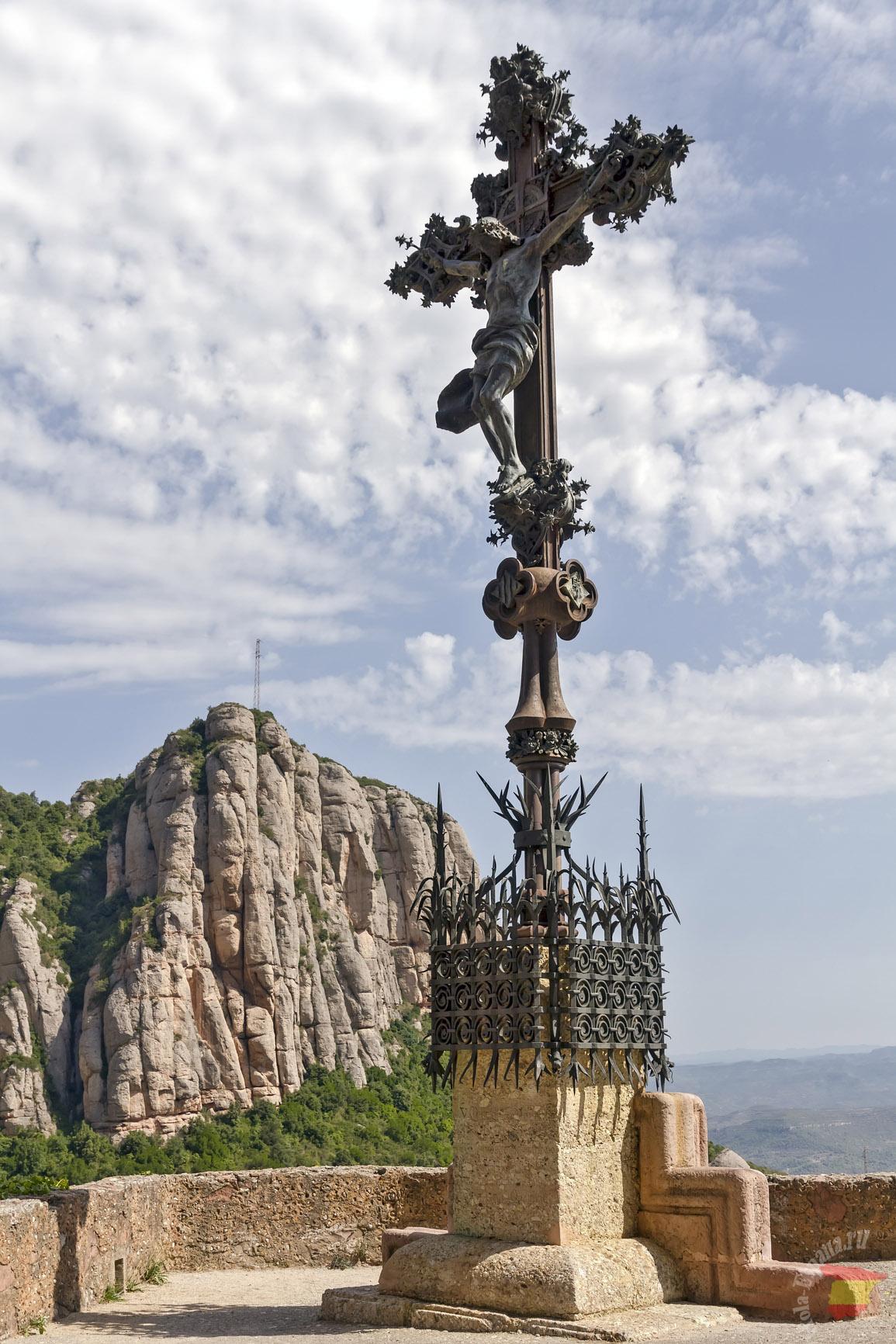 Кованый крест в монастыре