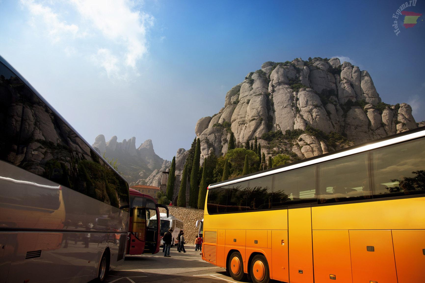 Туристический автобус у монастыря