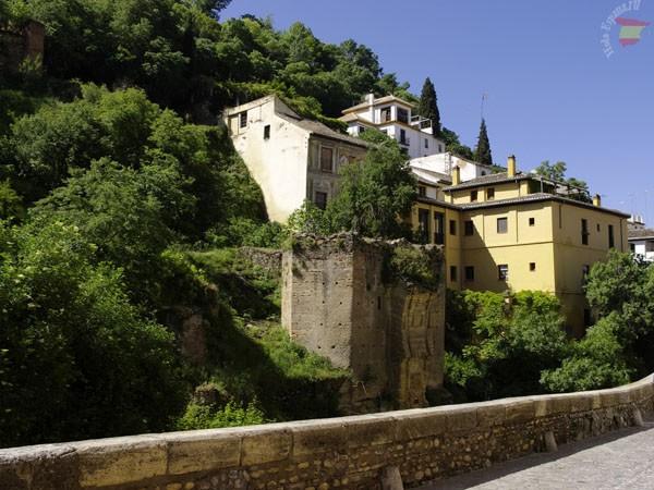 Средневековые постройки, соседствующие с современными домами