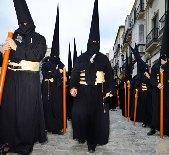 Nazarenos в черных одеяниях