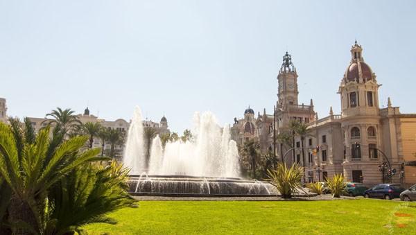 Фонтан перед ратушей в Валенсии